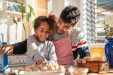 Scheidungskinder: Vater mit Tochter beim Kochen
