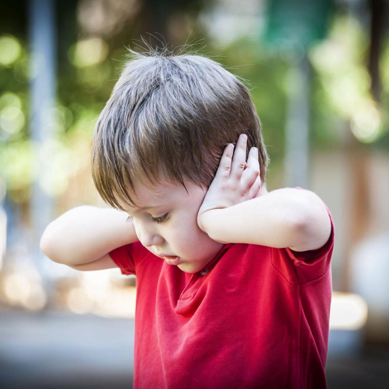 Scheidungskinder: Junge hält sich Ohren zu