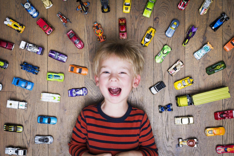 Umweltbewusst erziehen: Junge mit Spielzeugautos