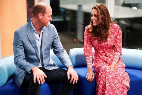 Herzogin Kate: mit Prinz William auf einem Sofa