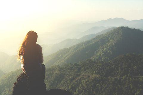 Dein Gesundheitshoroskop ab dem 16. September: Frau in den Bergen