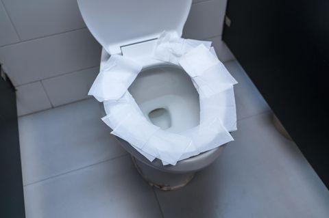 Darum solltest du nie Klopapier auf den Toilettensitz legen