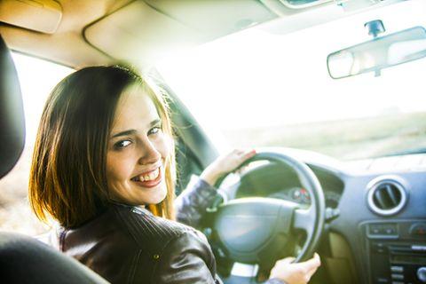 E-Auto, Carsharing und Co: Frau am Steuer