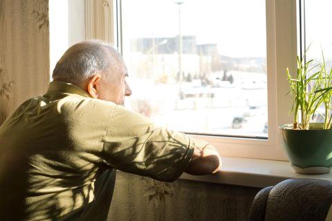 Einsamkeit: Senior am Fenster