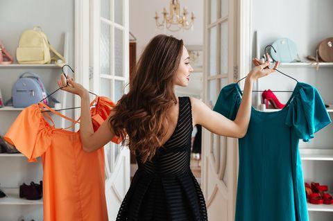 Frau mit Kleiderbügeln
