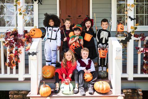 Halloween-Spiele: Kinder in Halloween-Kostümen