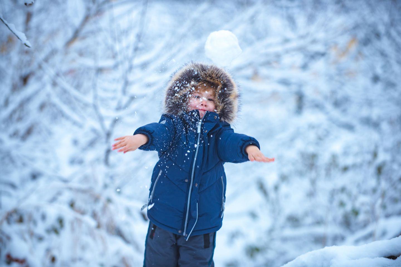 Schneenanzug an - ich muss mal - Schneeanzug aus : Kind im Schnee