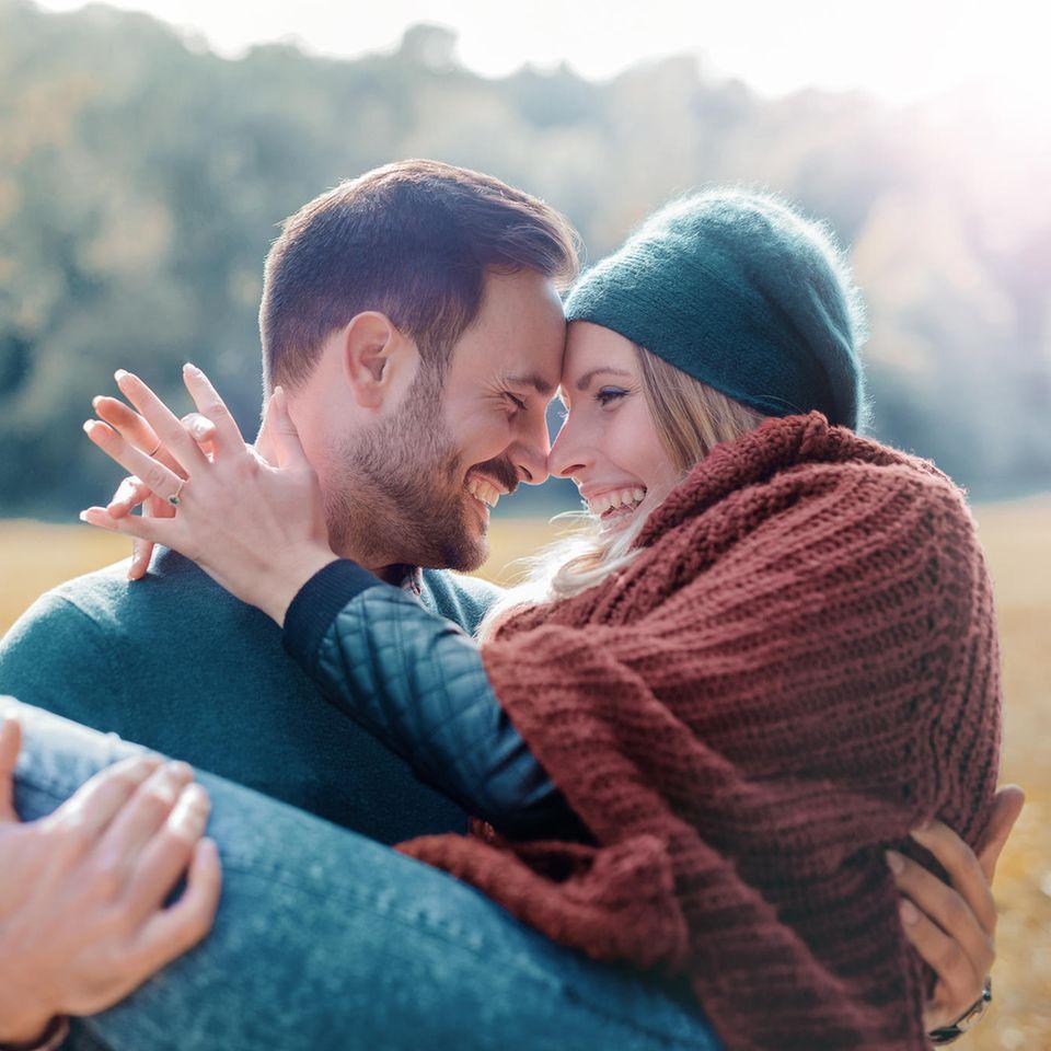 Darum haben wir im Herbst den besten Sex: Paar im Herbst