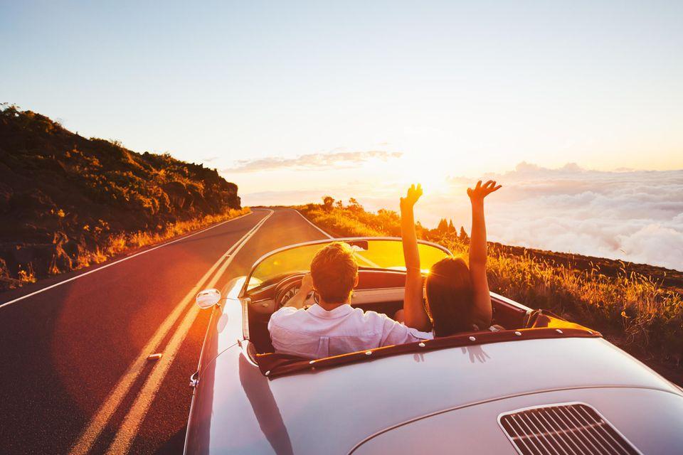 Nachhaltige Auto-Gadgets: Paar im Auto
