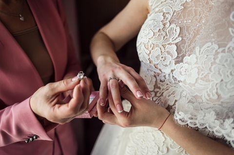 Hochzeit im Hospiz: Braut mit Ring