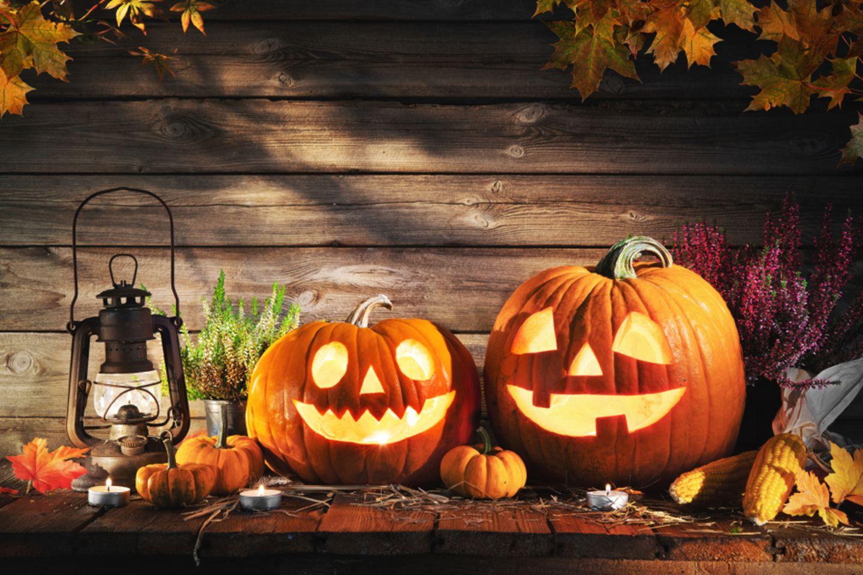 Was ist Halloween? Kürbisse mit geschnitztem Gesicht