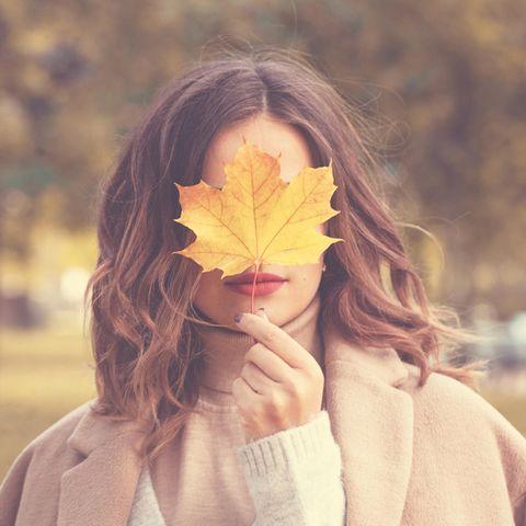Das Gesundheitshoroskop für dein Sternzeichen ab dem 23. September: Frau im Herbst
