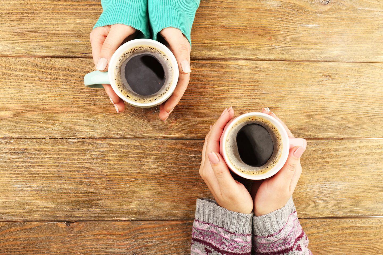 Familienalltag: Frau hält einen Kaffee in der Hand