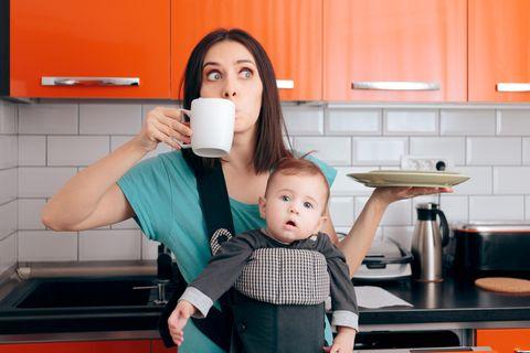 Familienalltag: Mutter mit Kind und Kaffeetasse