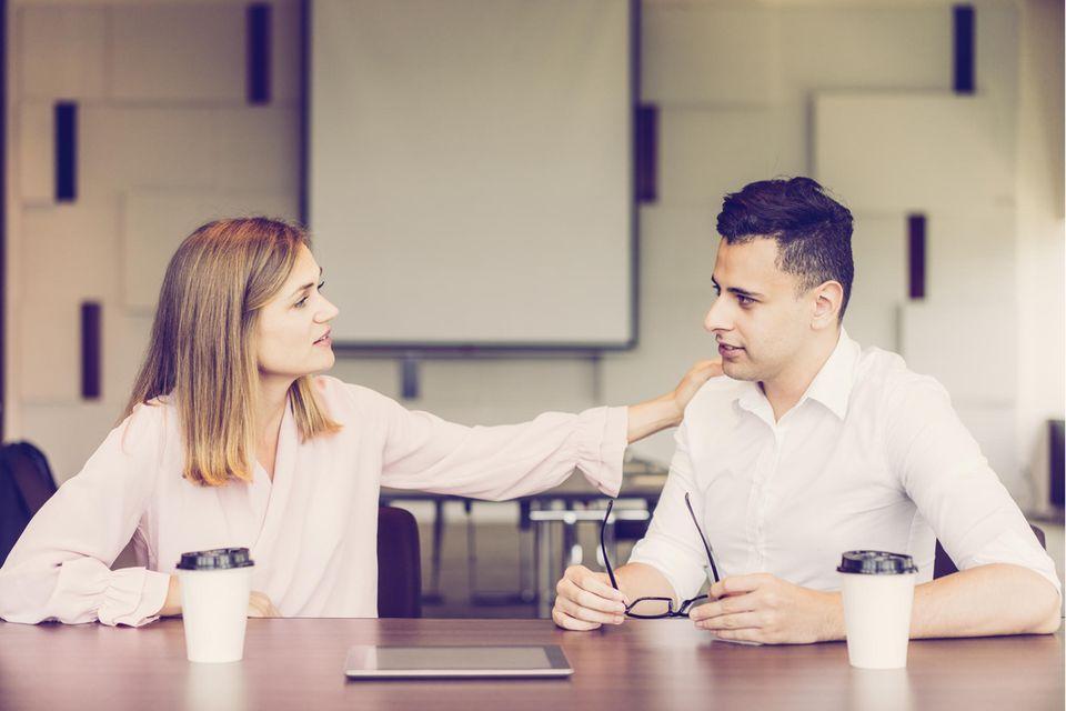 5 Körpersprachen-Signale, dass deine Beziehung in Gefahr ist: Schulterklopfer