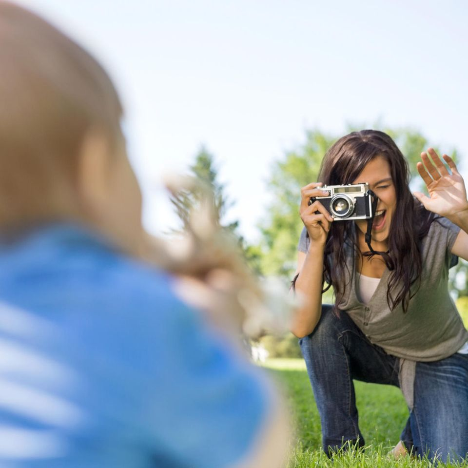 Kinder fotografieren: Mutter fotografiert Baby
