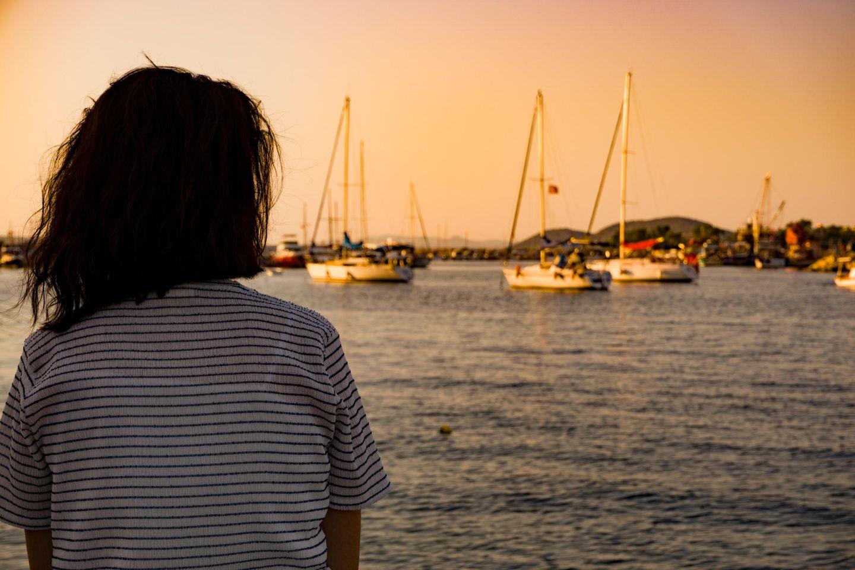 Midlife Crisis: Frau schaut aufs Wasser