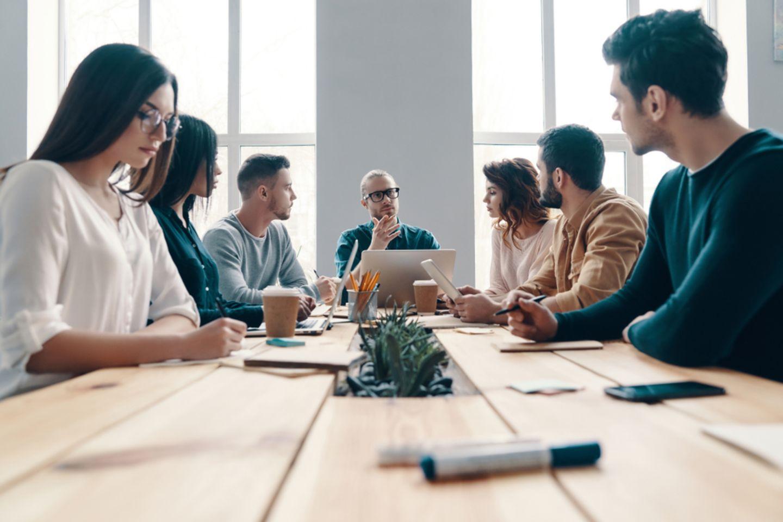 6-3-5-Methode: Team sitzt am Schreibtisch