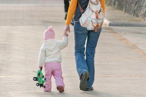 Gesundheit: Frau geht mit Kleinkind spazieren