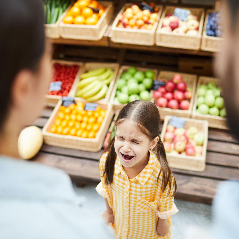 Familienleben: Trotziges Mädchen im Supermarkt