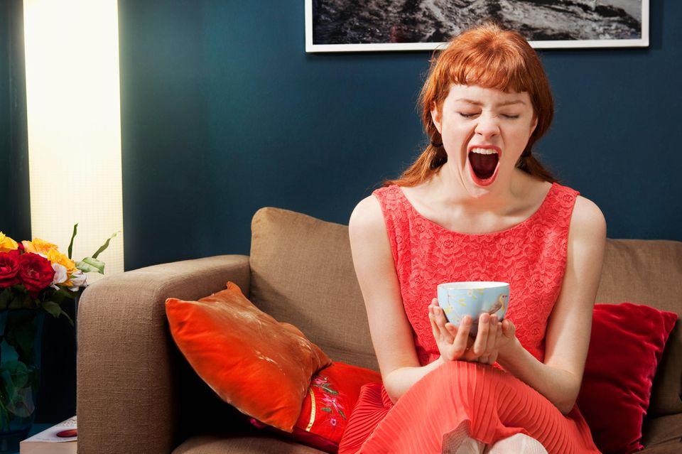 Kaffee-Alternativen: Frau gähnt