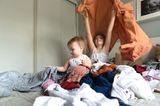 Familienleben: Kinder im Klamotten-Chaos