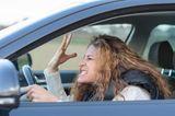 Familienleben: Frau flucht im Auto