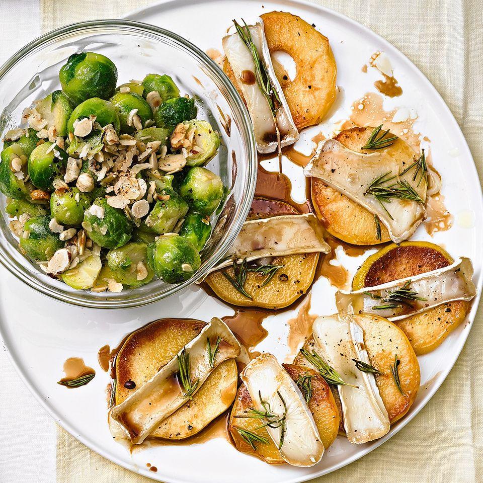 Überbackene Quittenscheiben mit Rosenkohlsalat