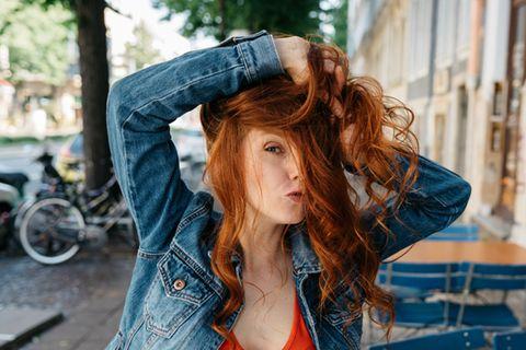 Haare ausdünnen: Frau mit dickem Haar