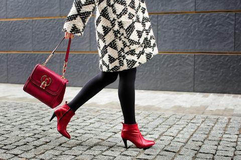 Herbstboots: Frau mit roten Stiefeln