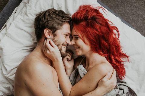 Frage vor dem Sex: Paar im Bett