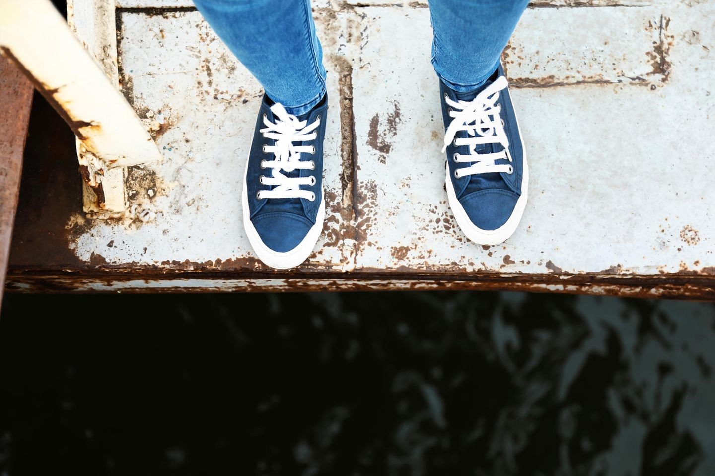 Höhenangst: Schuhe auf Asphalt