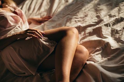 Sexuelle Affäre: Frau liegt im Bett