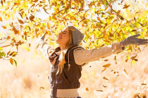 Horoskop: Eine Frau im Herbstoutfit