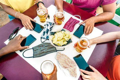 Corona aktuell: Tisch mit Bier und Masken