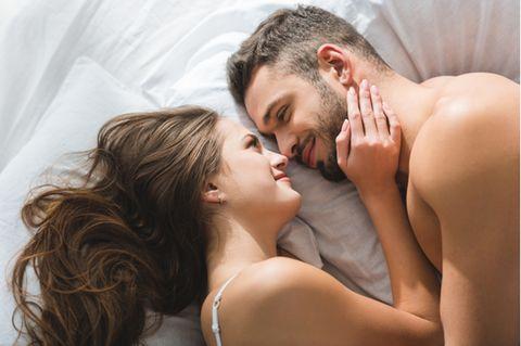 Sex ohne Kondom: Pärchen kuschelt im Bett
