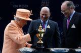 Reiche Familien:  Alain Wertheimer und Gerard Wertheimer mit der Queen