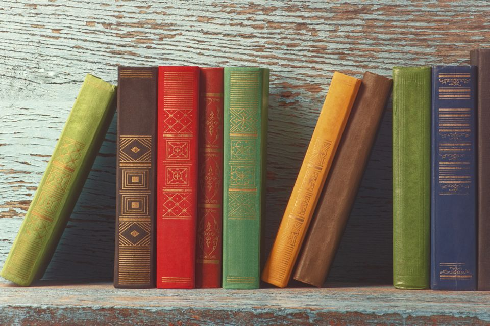 Bücher aufbewahren: Bücher stehen schief nebeneinander