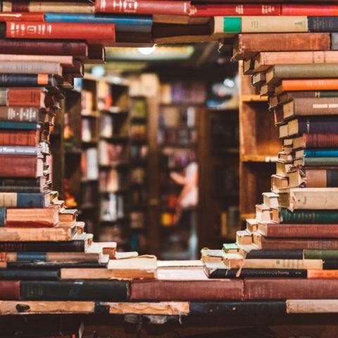 Bücher aufbewahren: Gestapelte Bücher