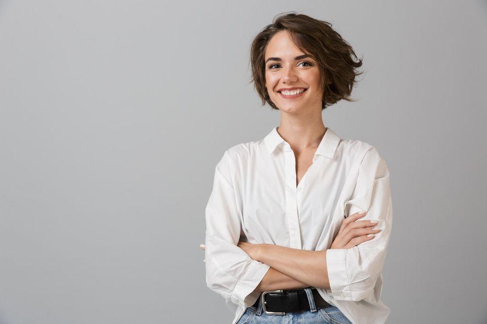 Durchschnittsgehalt nach Alter: Frau mit weißer Bluse