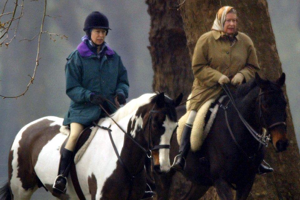 Queen Elizabeth bei einem Ausritt mit Tochter Anne auf dem Grundstück von Schloss Windsor.