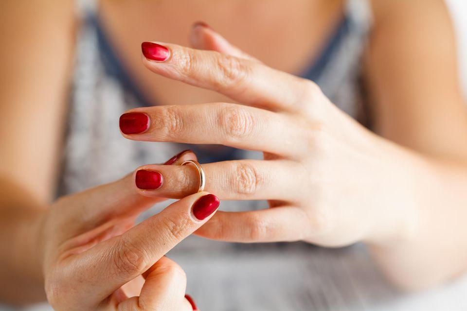 Persönlicher Bericht: Frau zieht Ehering ab