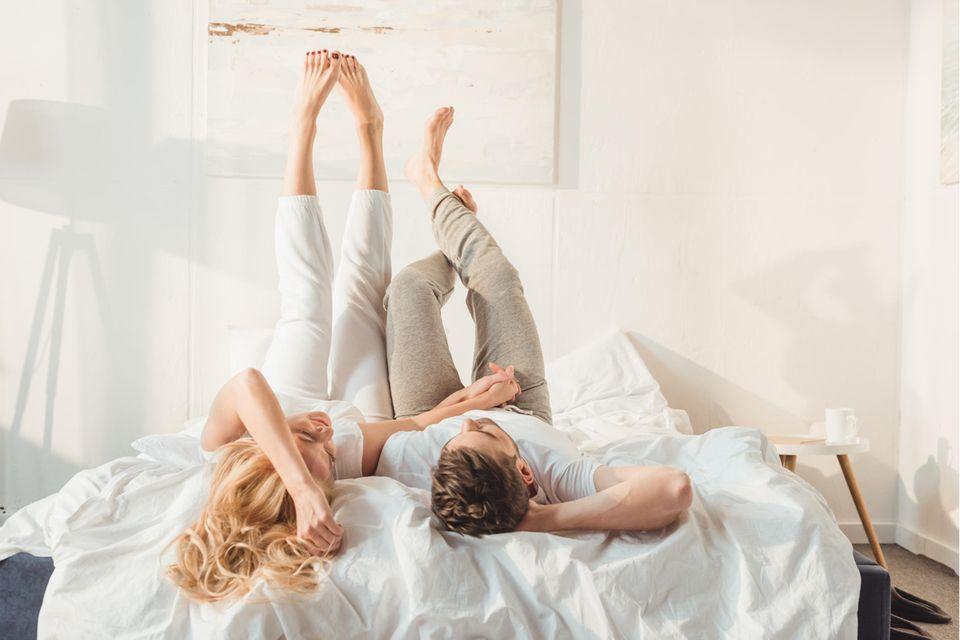 Pärchen auf Bett