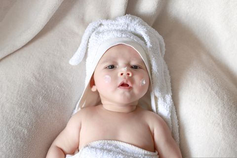 Öko-Test: Baby mit Creme im Gesicht