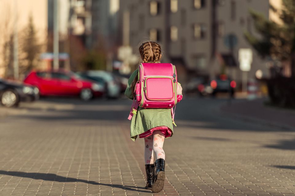 Rückenprobleme bei Kindern: Mädchen mit Schulranzen