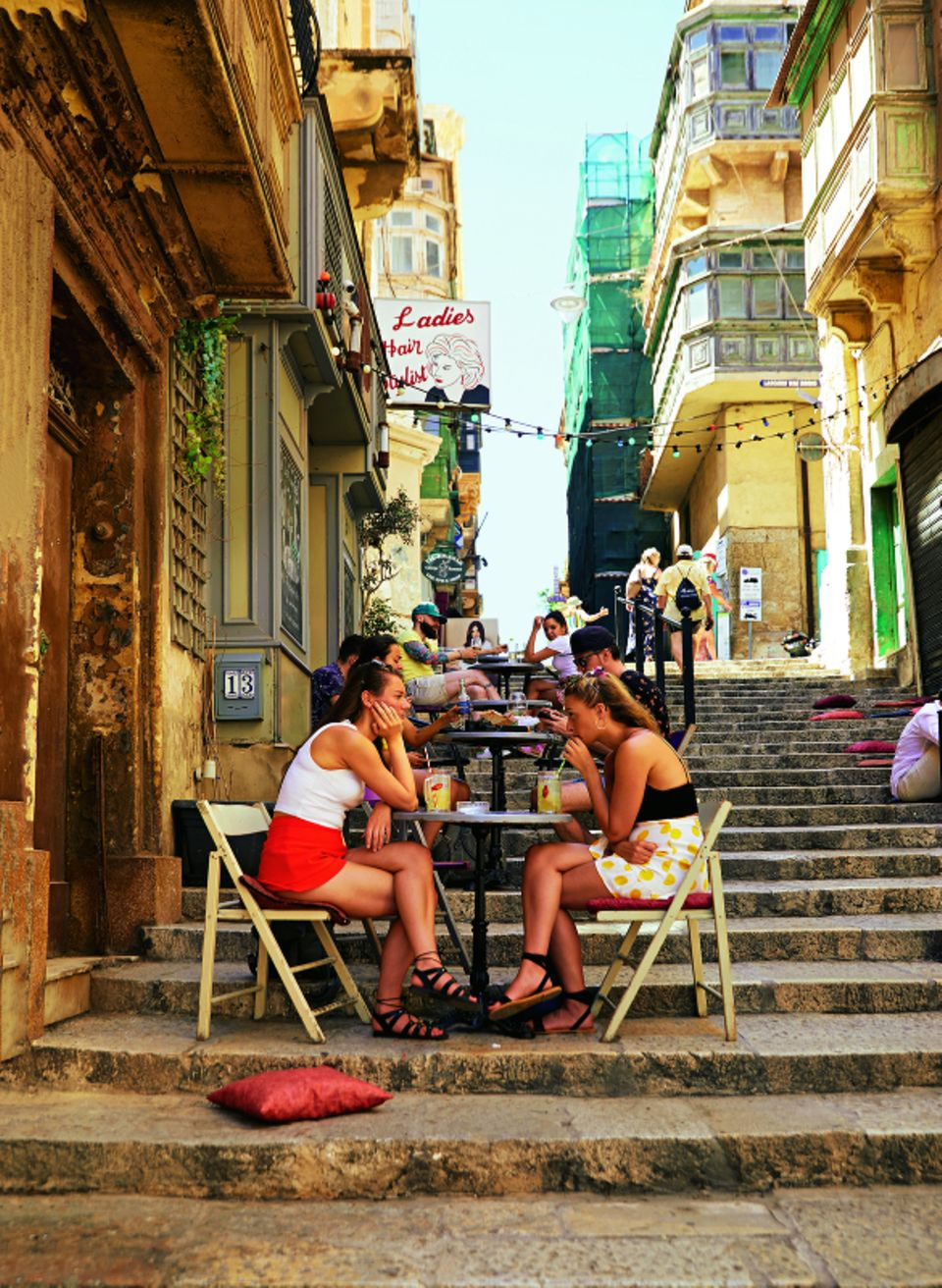 Viele der Gassen von Valletta sind Treppen, die zum Meer führen.