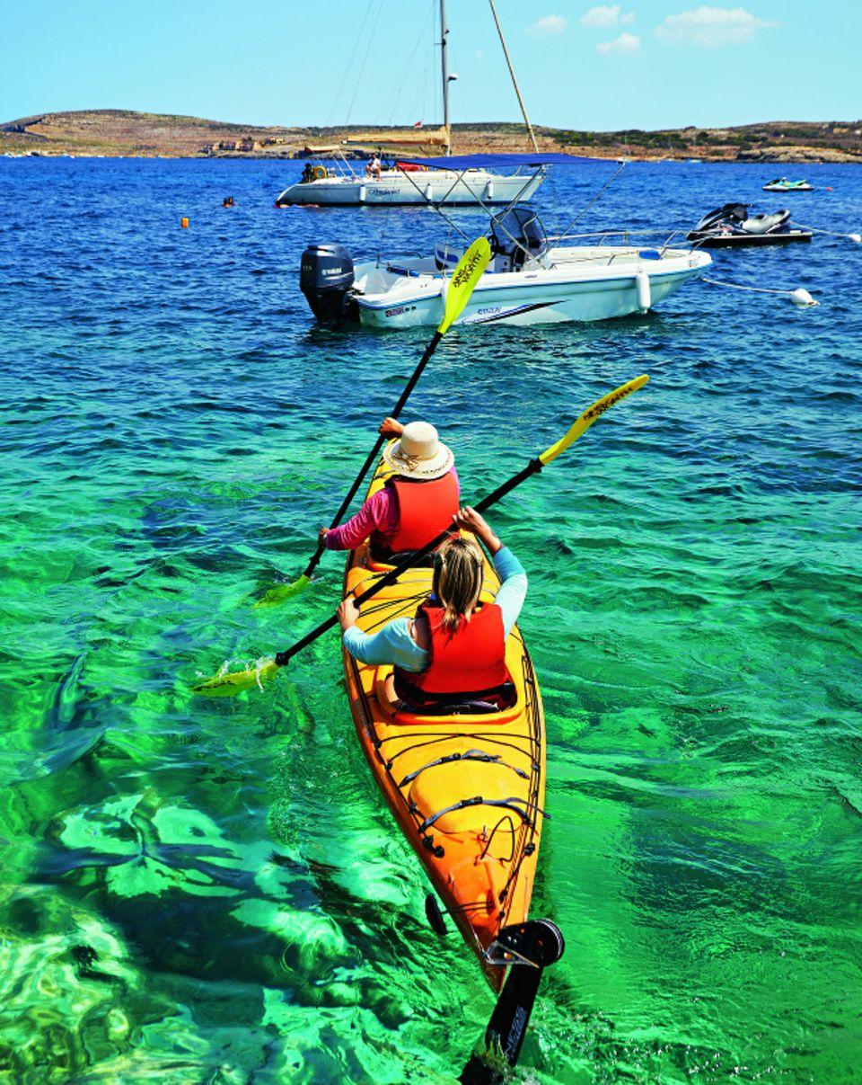 Eine Kajaktour im glasklaren Meer von Gozo ist ein unvergessliches Erlebnis.