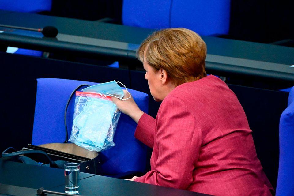 Corona aktuell: Angela Merkel mit Masken