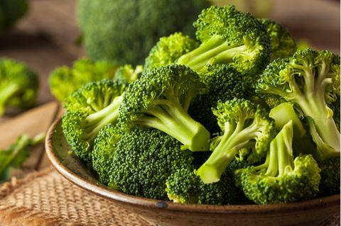 Brokkoli roh essen: Roher Brokkoli auf einem Teller
