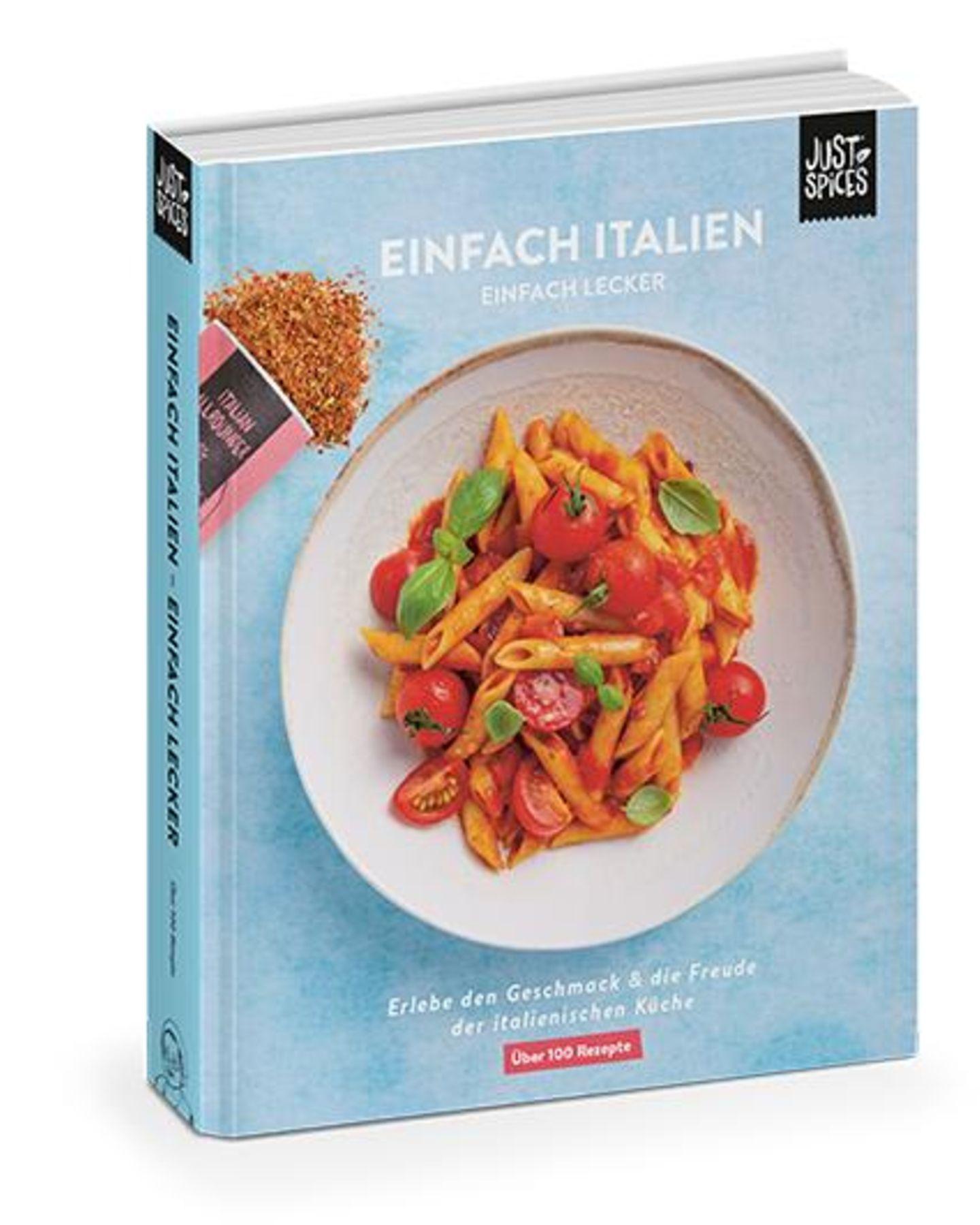 """ich koche sooo gerne– für mich und für andere! Dabei liebe ich es, nach neuen Rezepten zu stöbern und neue Gerichte auszuprobieren – vor allem dann, wenn sie inspiriert sind von Bella Italia. Pasta, Pizza, leckere Salate und frischer Fisch – hach, da läuft einem doch das Wasser im Mund zusammen. Das neue Kochbuch""""Einfach Italien, einfach lecker""""von Just Spices kommt mir somit gerade recht. Die über 100 Rezepte sind nicht nur mega lecker, sie sind auch mit praktischen Step-by-Step-Anleitungen versehen sowie hilfreichen Tipps für die echte italienische Küche. Und na klar: Die passenden Gewürzempfehlungen dürfen natürlich auch nicht fehlen. Um 25 Euro.  Ann, Mode-und Beauty-Redakteurin"""